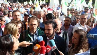 """Photo of Alberto Garzón muestra el """"total apoyo"""" de IU en la manifestación por el olivar para """"responder"""" así a las """"agresiones de Trump"""" y sus tasas, y """"evitar la especulación"""" de los intermediarios"""
