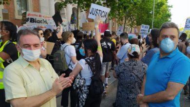 """Photo of Enrique Santiago muestra desde la concentración ante la Embajada de EE.UU su """"solidaridad"""" con quienes se movilizan en todo el mundo contra el racismo por el asesinato de George Floyd"""
